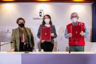 La consejera de Bienestar Social, Aurelia Sánchez, firma el convenio para atender las situaciones de pobreza energética en colaboración con Cruz Roja Castilla-La Mancha