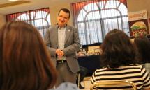 El consejero de Agricultura, Agua y Desarrollo Rural, Francisco Martínez Arroyo, participa en el debate abierto con mujeres emprendedoras, bajo el título 'Tengo una pregunta para usted'