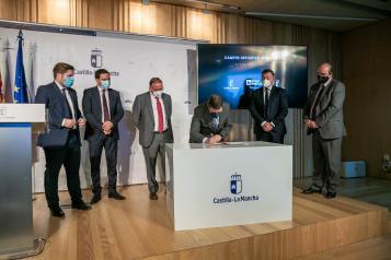 Firma de convenio de colaboración para levantar un complejo deportivo en Cuenca (Fomento)