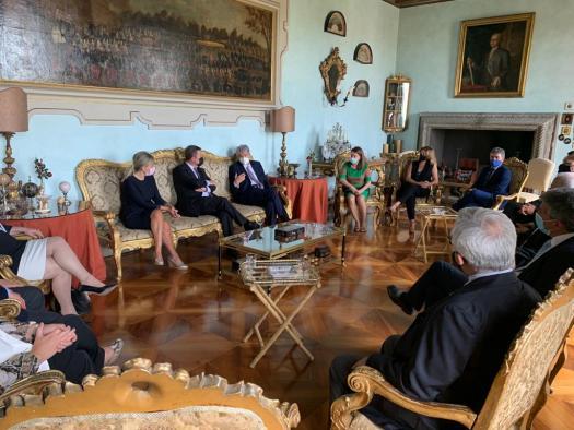 Reunión, en la Embajada de España en Italia, con el titular de la misma, Alfonso Dastis, y con varios empresarios