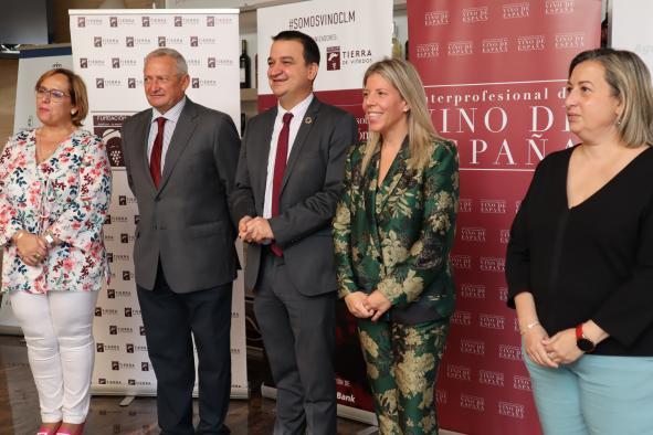 El Gobierno impulsa junto con la OIVE un estudio que refleja la importancia socioeconómica del sector del vino que representa ya el 4,6% de la riqueza regional